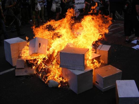 After Professor Jane Kelsey from Auckland University School of Law was denied entry to hand over the petition, the boxes were set it alight in protest. #d8 #tpp #tppa